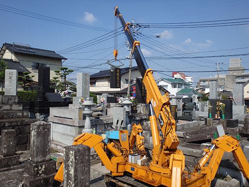熊本県内のお墓の修正手順4クレーンでの設置作業2