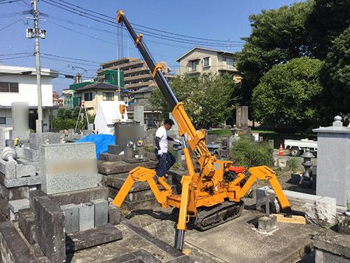 熊本県内のお墓の修正手順3クレーンでの設置作業1